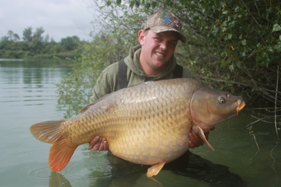 adi with the lake record common at 45lb 05oz