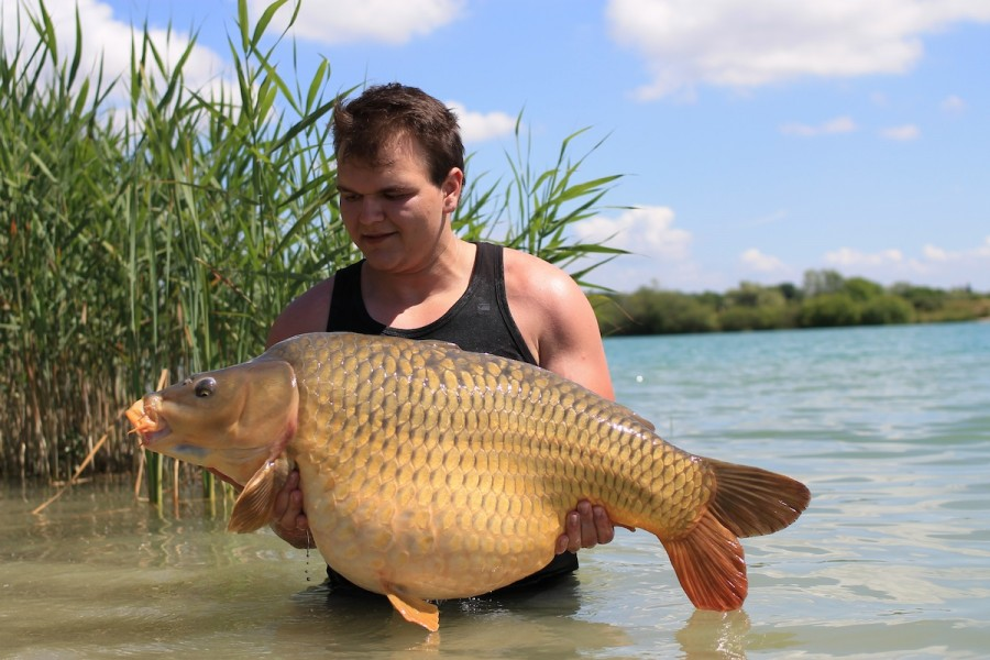 Mateusz with the 'Lake Record Common' at 46lb10oz