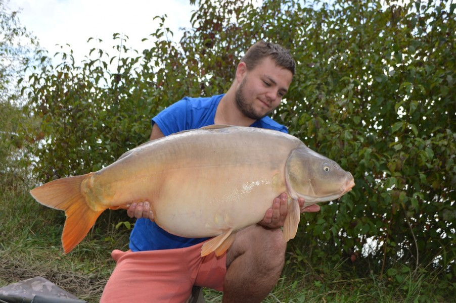 Ash with a classic 33lbs Gigantica road lake mirror
