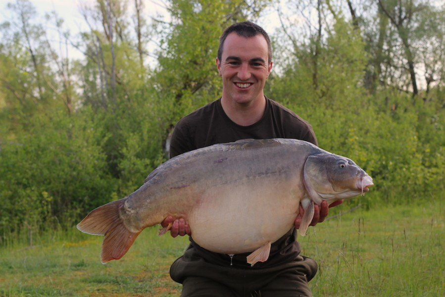 Kev with Toucan at 40lb2oz from Billys